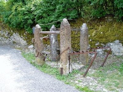 Travail en pierre permettant de ferrer les chevaux de trait et les boeufs